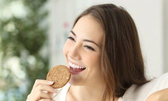 お菓子はダイエットの敵ではない?間食の「悪習慣」5つをチェック