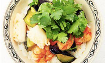 【旬菜】香菜たっぷりの「なすと海鮮のエスニックどんぶり」