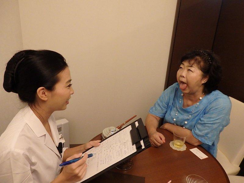 舌の診察を受けるオバ記者