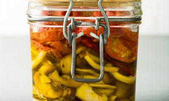 【旬菜】肴にも「手作りドライトマトときのこのオイル漬け」