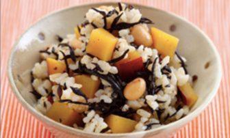 【旬菜】具材でかさ増し!「サツマイモとひじきの玄米入り炊き込みごはん」