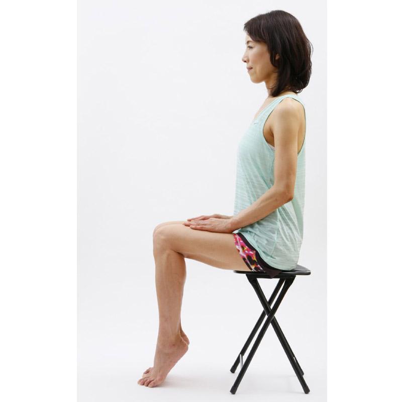 いすに座り、両足のかかとを上げている