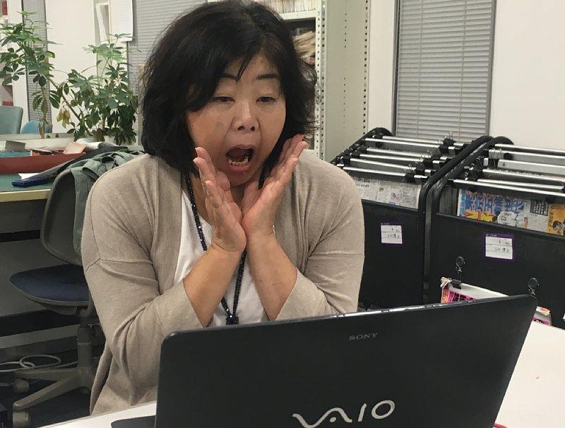 K氏の会社をネットで調べてビックリした表情を浮かべるオバ記者