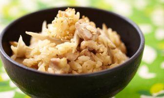 【旬菜】ゴマ油でコクをプラス!「鶏とゴボウの炊き込みごはん」