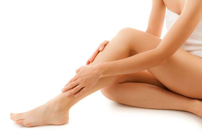 足を触っている女性