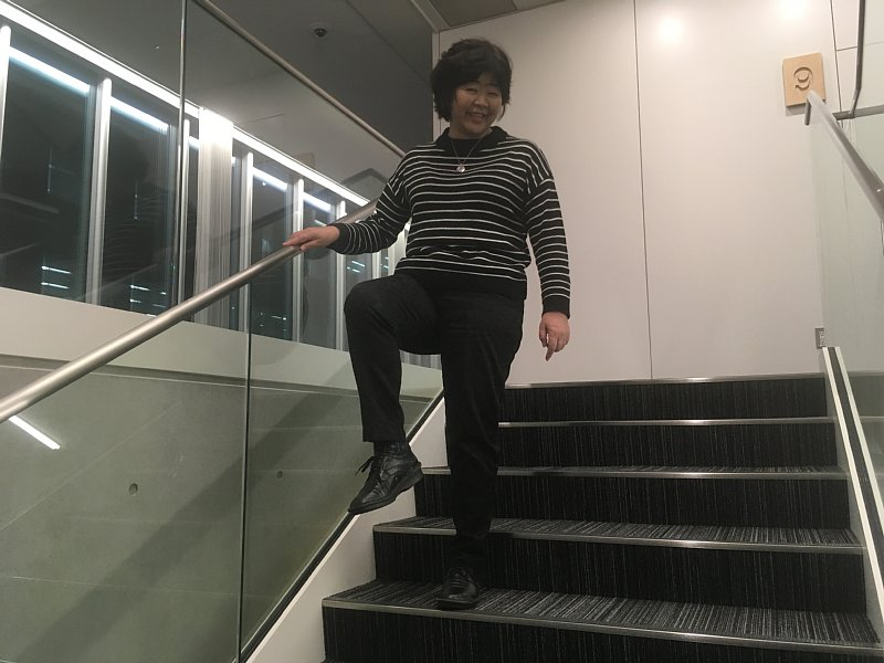 階段を使ってダイエットに励むオバ記者