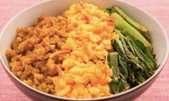【旬菜】美肌作りにも!小松菜、卵、鶏肉が彩り豊かな「妊活三色丼」
