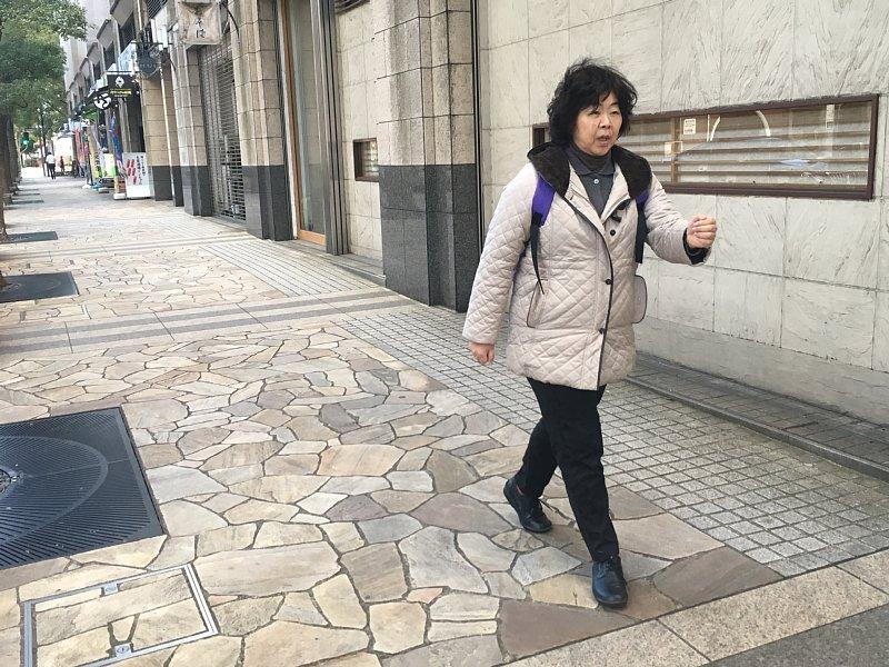 「せかせか」歩きをするオバ記者