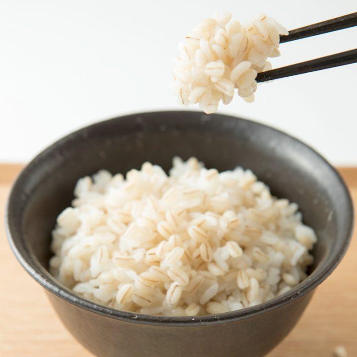 もち麦ご飯を箸で持ち上げている