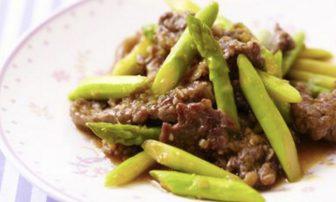 【旬菜】貧血防止や疲労回復に役立つ「牛肉とアスパラのオイスターソース炒め」