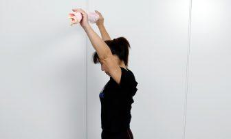 【筋膜リリース】で背中痩せ!姿勢矯正にも役立つ「タオル懸垂」