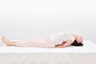 【眠活ダイエット】肩こり撃退&代謝アップ!寝つきもよくなる「クジラのストレッチ」