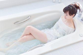 ねじって呼吸するだけ!【風呂トレ】でぽっこりお腹を改善