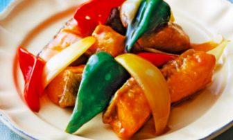 【夏野菜の痩せレシピ】代謝アップに◎。2色のピーマン入りの「サーモンの黒酢炒め」