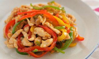 【夏野菜の痩せレシピ】美肌に役立つピーマン入り「鶏ささみのチンジャオロース」