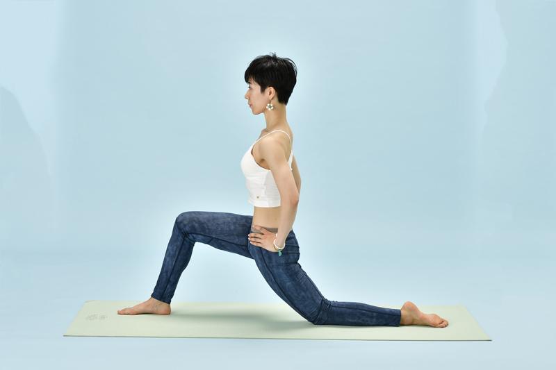 下腹部のインナーマッスルを鍛えるヨガポーズ「三日月のポーズ」