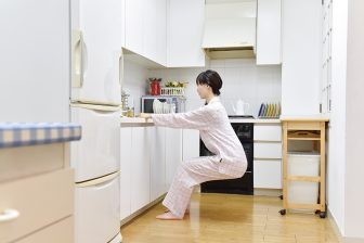 すきま時間にヒップアップ!料理を【しながらエクサ】で垂れ尻を改善