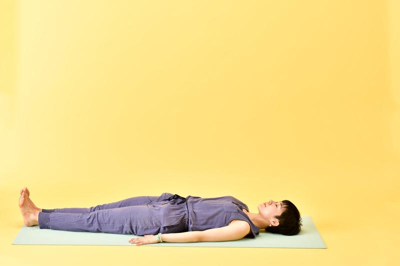 脚は中央に揃えて伸ばす。両腕は体側、手のひらを下向きに
