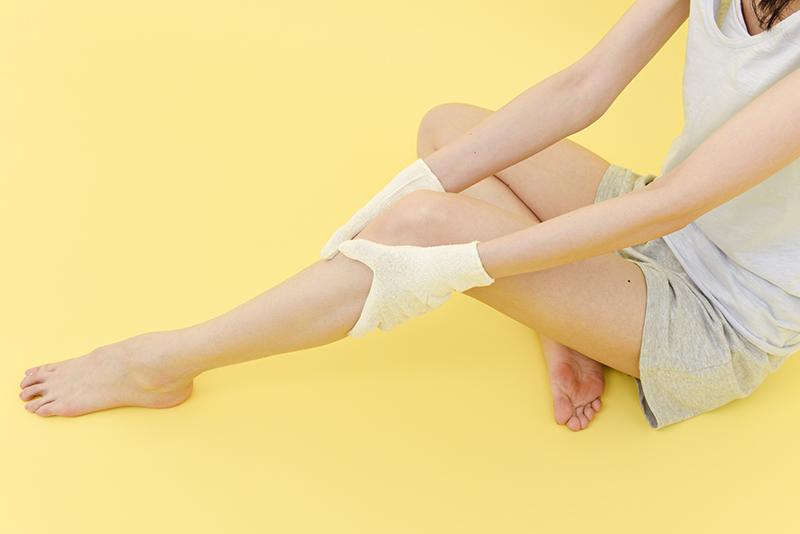 絹手袋で足をマッサージ