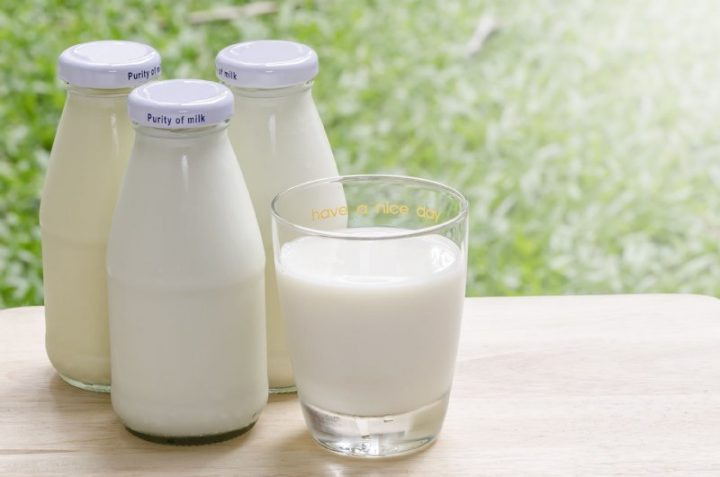 瓶に入った牛乳3本とコップに入った牛乳