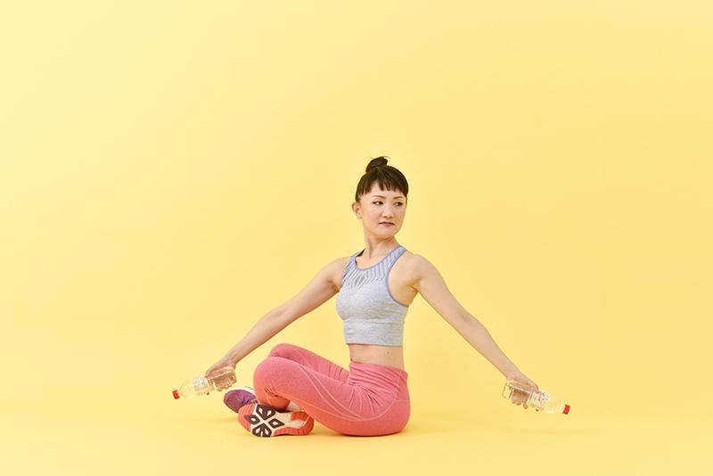 座って体をひねる。ペットボトルを使ったくびれエクササイズを解説
