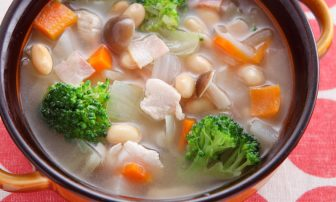 食べ過ぎをリセット!【痩せレシピ】便秘改善にも役立つ「大豆のコンソメスープ煮」