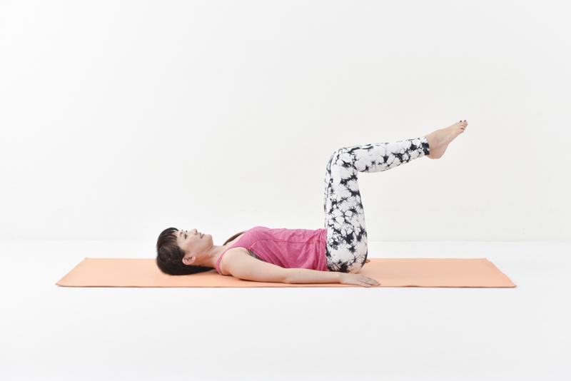 仰向けになり、両脚を揃えて膝の角度を90度に持ち上げる