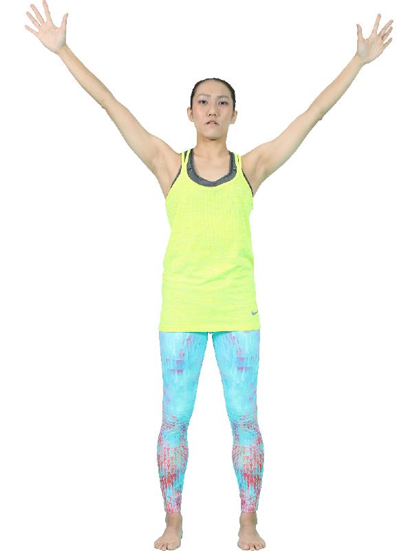 両手を指先まで伸ばし、45度の位置でバンザイをする女性
