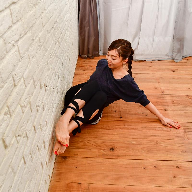 お尻を壁につけて持ち上げながら、仰向けになる。