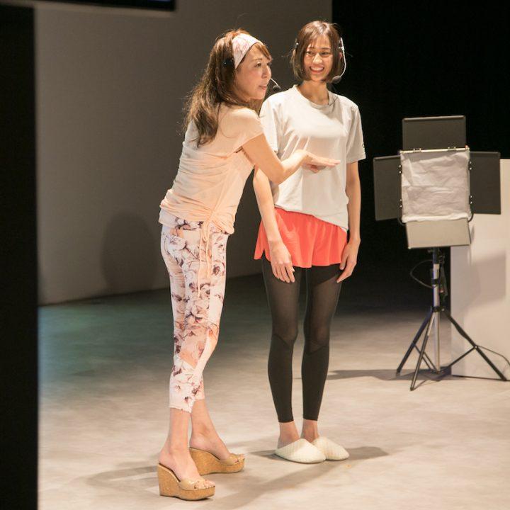 シュミッツ千栄子さんから呼吸法の指導を受ける阿部桜子さん