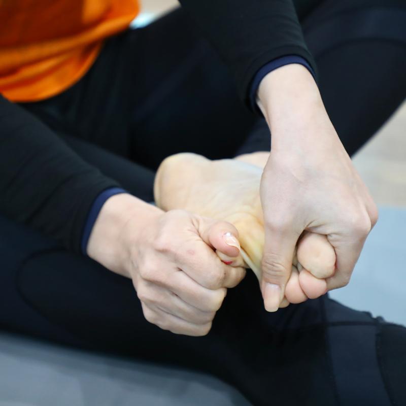 足の指を回している女性