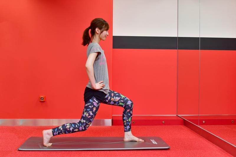 両脚を前後に大きく開き、左膝をたてた状態から腰を引き上げる