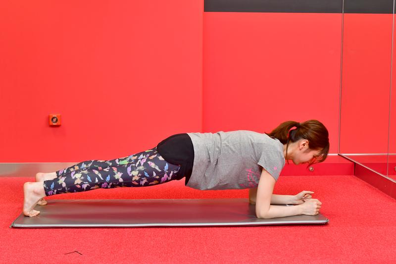うつ伏せからお腹に力を入れ、ひざと腰を床から浮かせるほのか