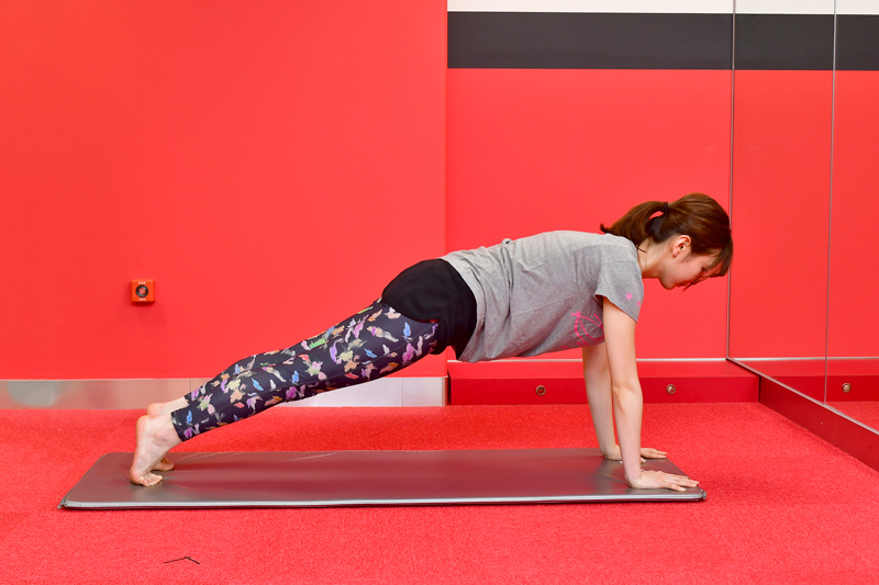 うつ伏せの姿勢からひざと腰を上げ、腕を伸ばすほのか