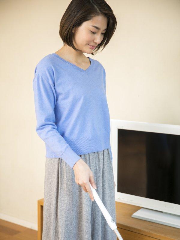 ひじを曲げて床掃除している女性