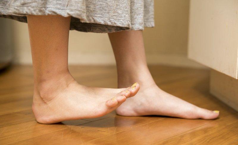 後ろの足の爪先を上げている女性の足元