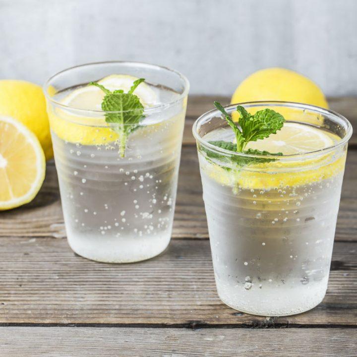 レモンが入った炭酸水