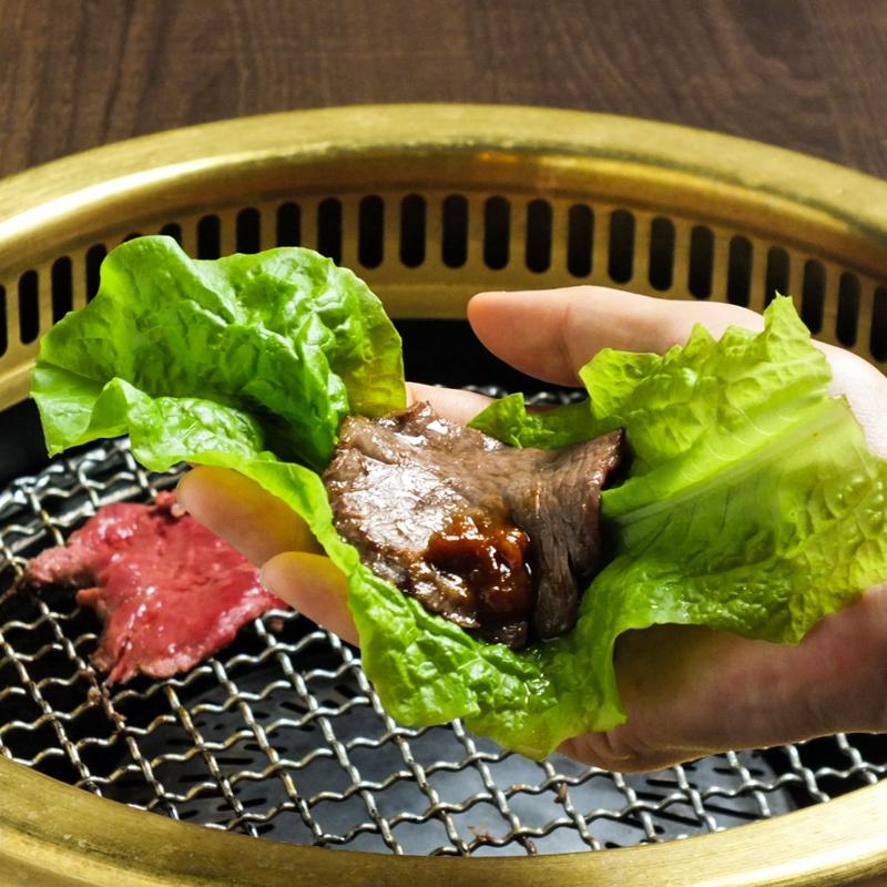 焼肉店「勇里庵~YURIAN~」の肉の力で健康促進コースのサンチェで包んだお肉