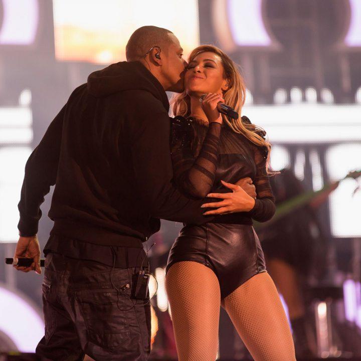 ステージ上でキスをするJay-Zとビヨンセ