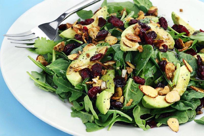 1食あたり、両手にのるくらいの野菜を(写真/アフロ)