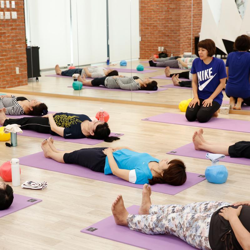お腹に力を入れて、「ヒールプッシュ」を左右各20回。腰を動かさずに、恥骨から動かすように意識