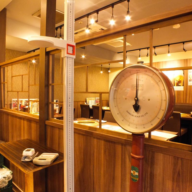 東京・池袋にある焼肉店「勇里庵~YURIAN~」の店内にある体重計など