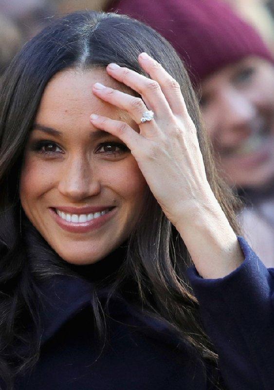 メーガン妃が微笑みながら髪をかき上げている。薬指には結婚指輪