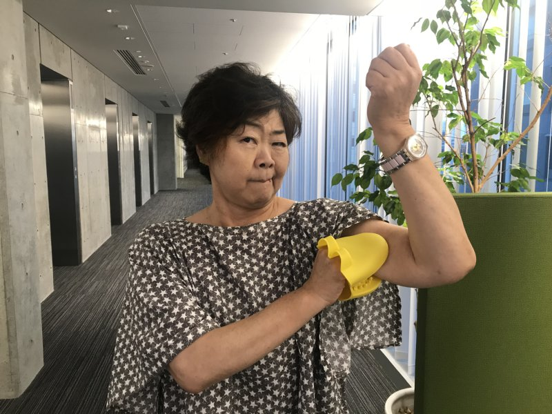 『ミオドレ式 ワニグローブダイエット』のワニグローブを装着するオバ記者