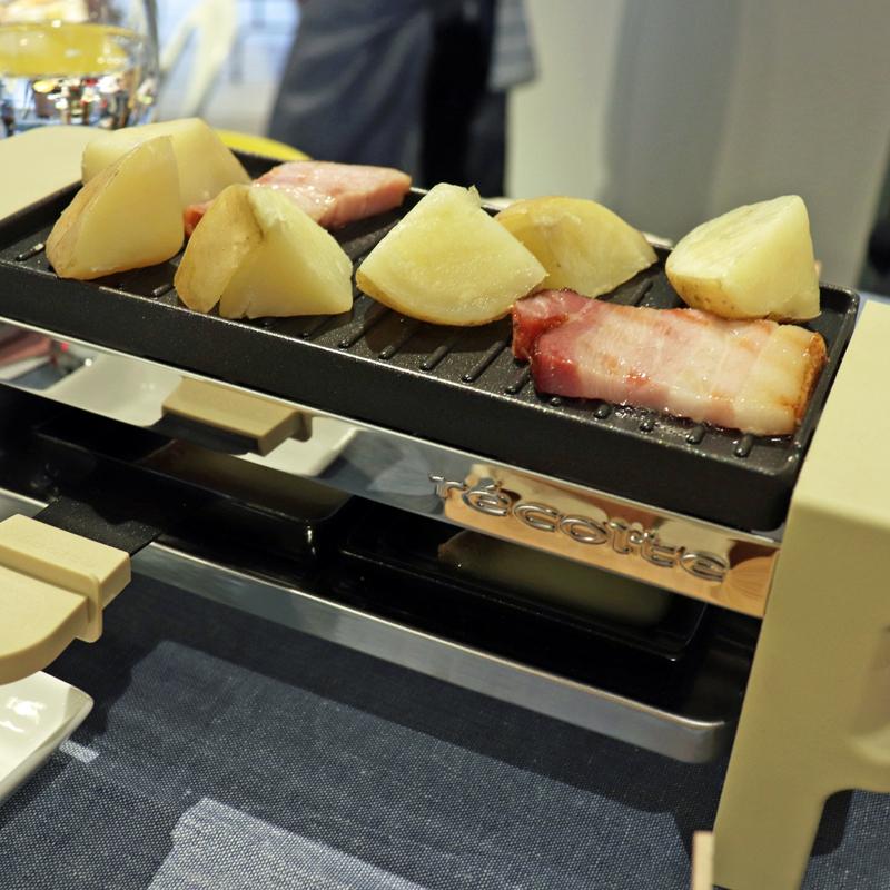 ラクレット&チーズフォンデユメーカー メルトで食材を焼いているところ