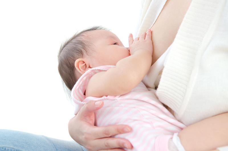 お母さんの母乳を飲む赤ちゃん