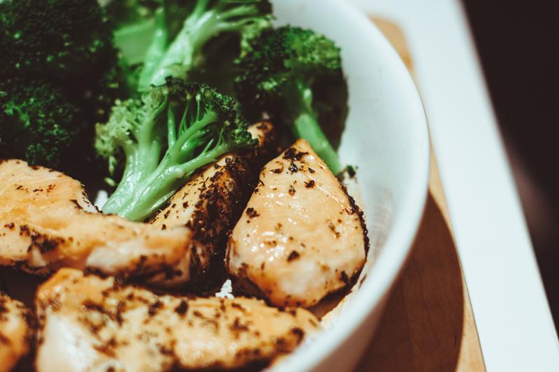 ブロッコリーと魚のグリルのイメージ画像
