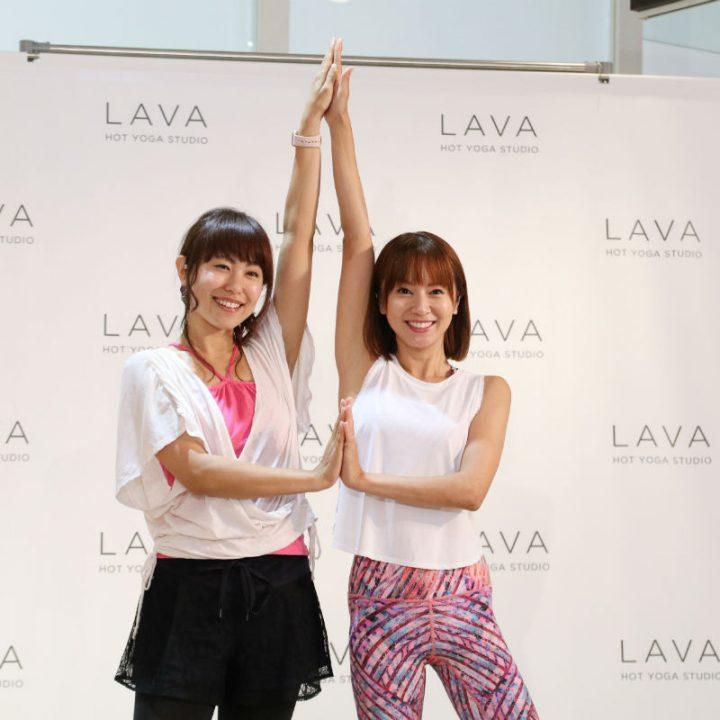 「立ち木のポーズ」をする城所恵美さんと鈴木亜美さん