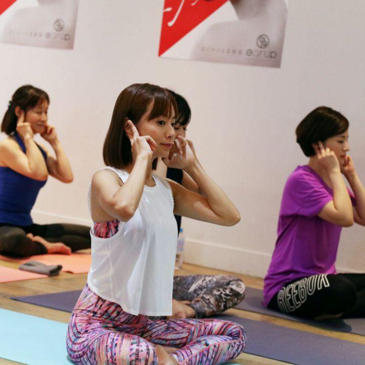 人差し指と中指で耳をはさみ、マッサージする鈴木亜美さん