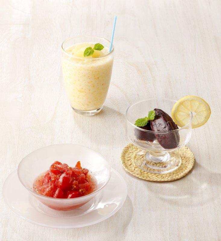 盛り付けられた、パイナップルの甘酒スムージー、さつまいもとブルーベリーのアイス、すいかとトマトの赤いシャーベット